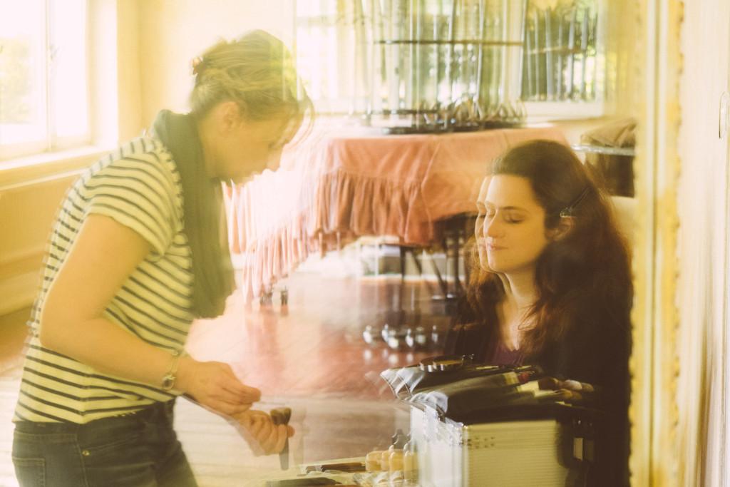 Blick durch einen alten Spiegel auf Nicole und Lisa