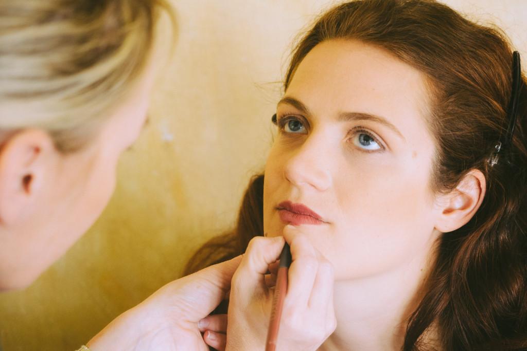 Nicole beim Auftragen des Lippenstiftes
