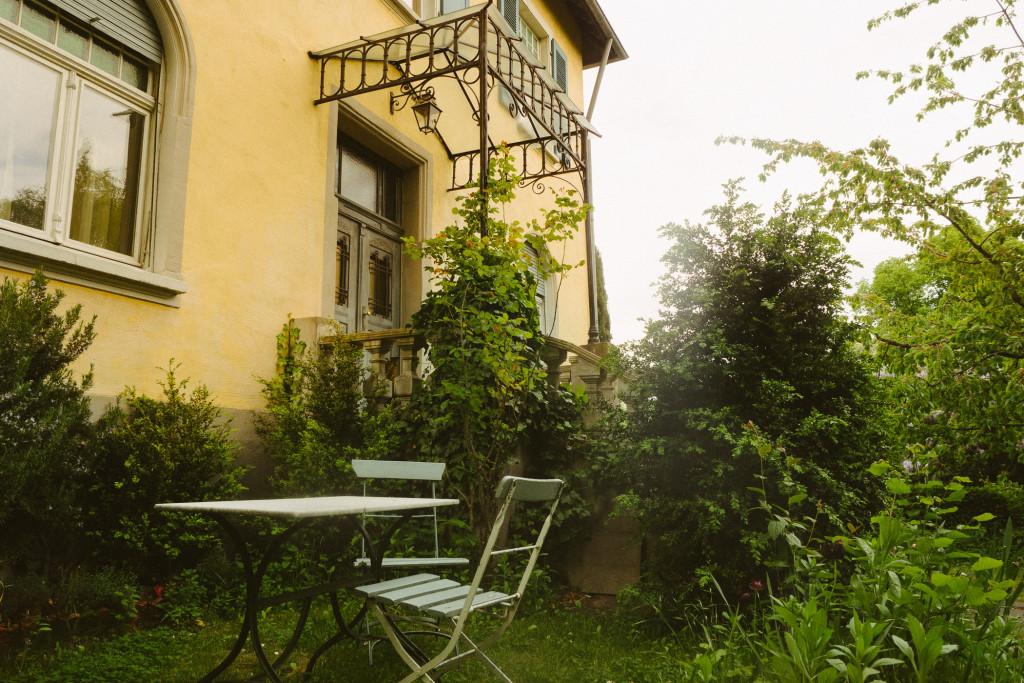 Viele kleine Sitzecken im Garten