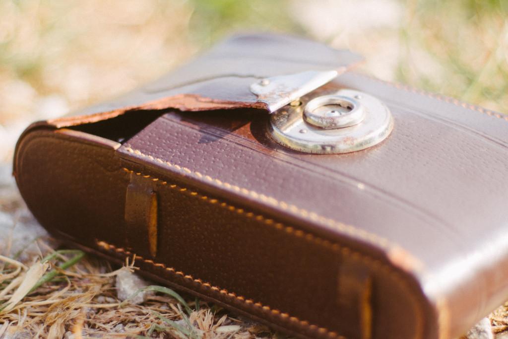 Die Kunstledertasche der Voigtländer Bessa ist schon etwas arg mitgenommen