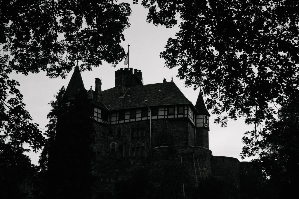Schloss Berlepsch in der Abenddämmerung –Vergleichsaufnahme mit E-M1 in Schwarz-Weiß entwickelt