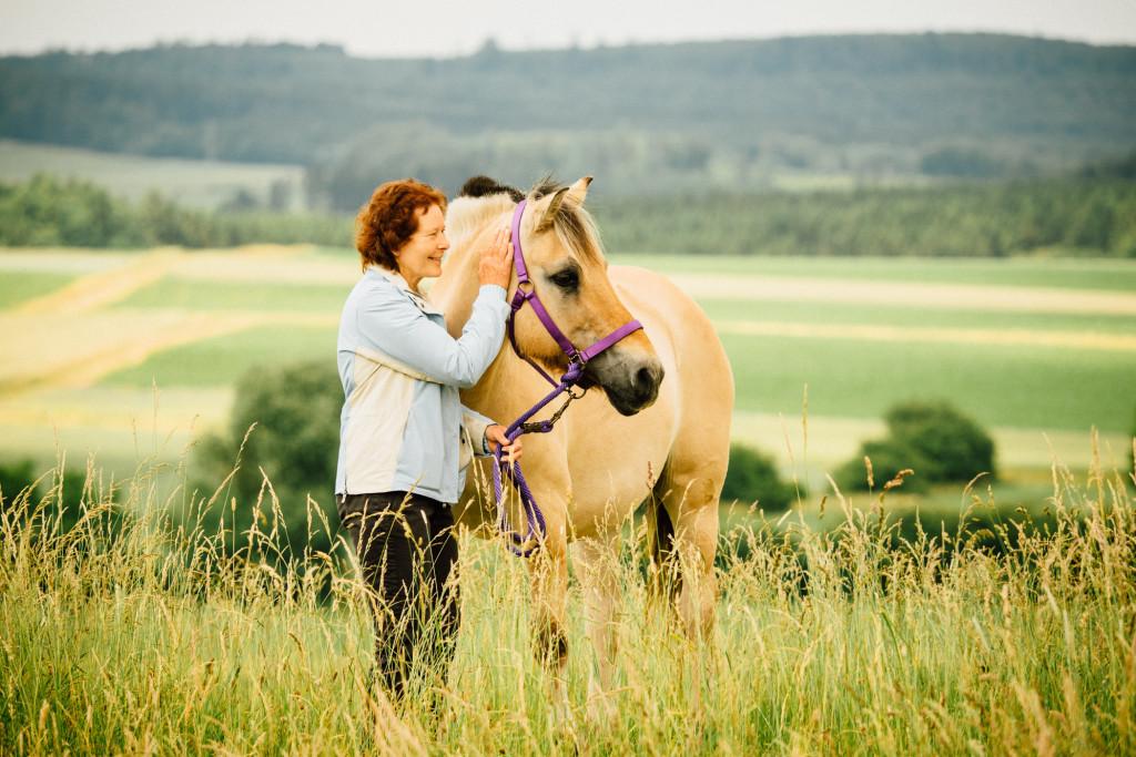 Mit dem Pferd am Feld unterwegs