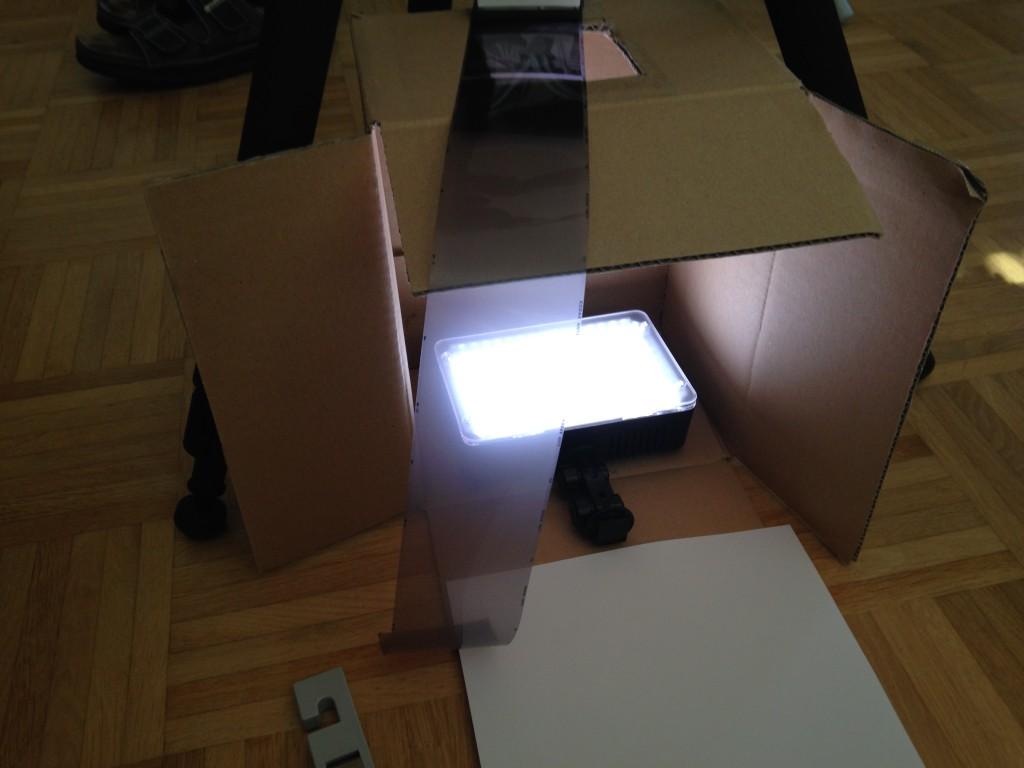 Ein einfacher Karton umfunktioniert zur Mittelformat-Digitalisier-Station