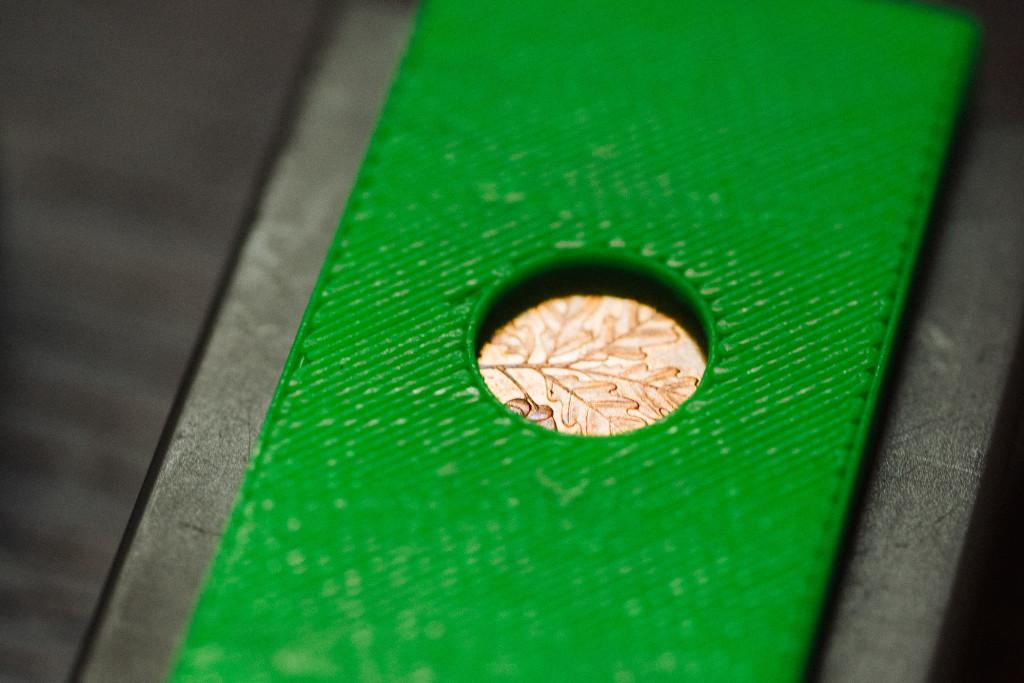 Schutzkappe für E-M1 Akkus – Das Cent-Stück ist im Sichtfenster gut zu sehen: Dies ist ein voller Akku