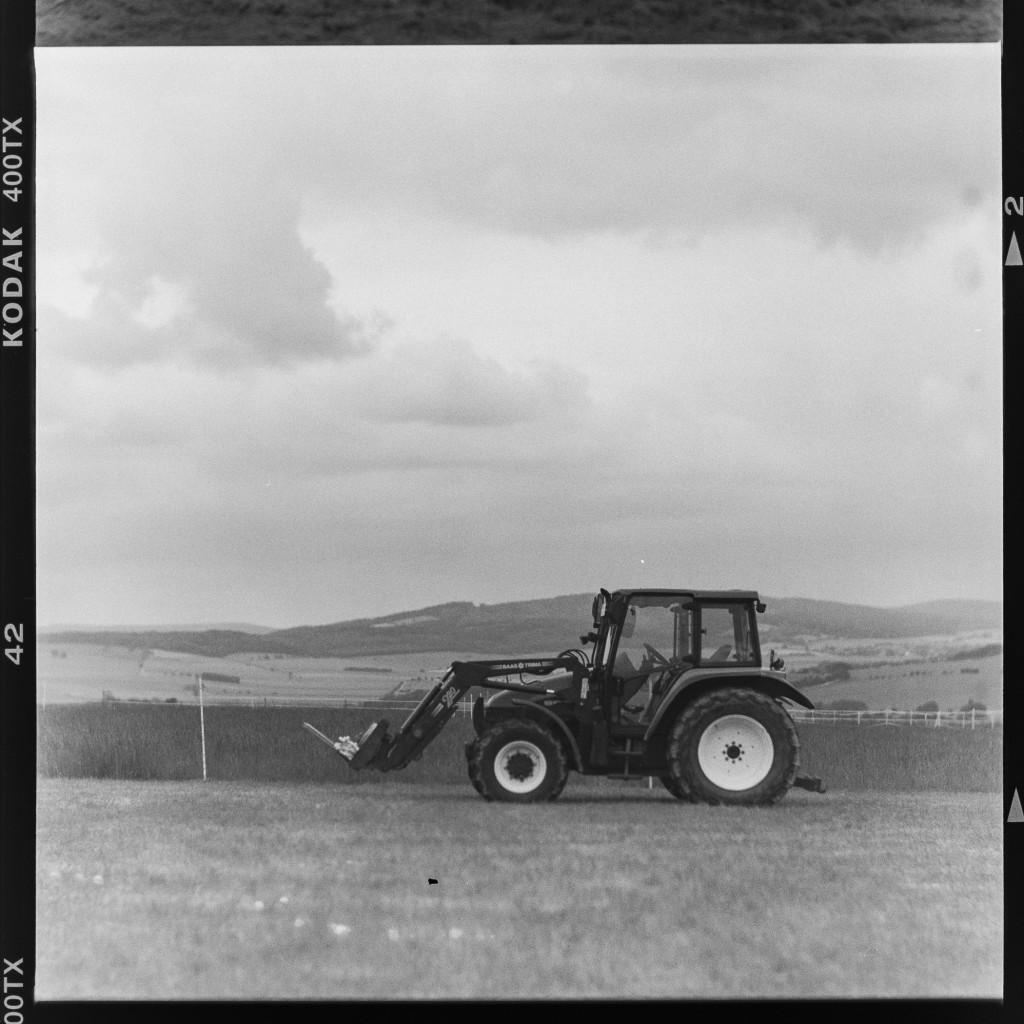 Trecker – Aufgenommen auf Kodak Tri-X 400 mit Primar Reflex II und Tessar 16,5 cm