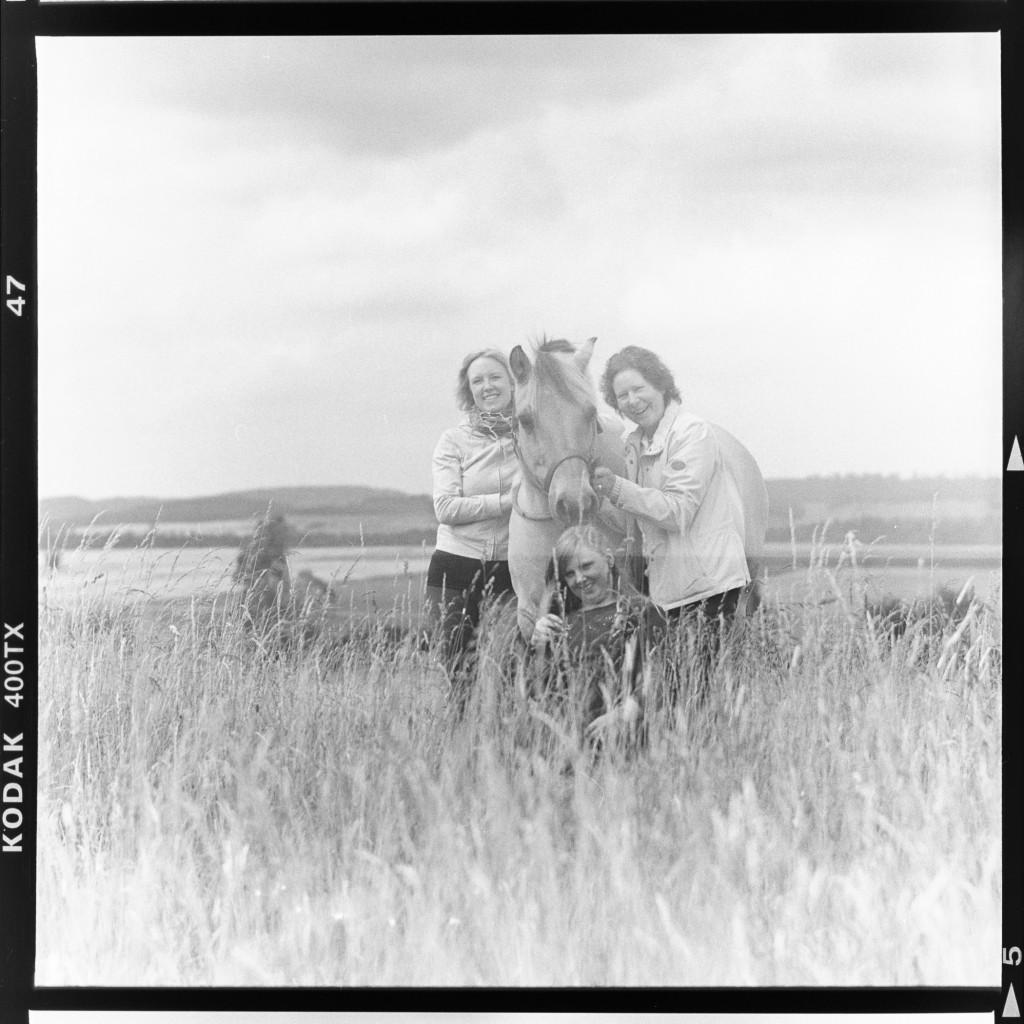 Gruppe mit Pferd – Aufgenommen auf Kodak Tri-X 400 mit Primar Reflex II und Tessar 16,5 cm