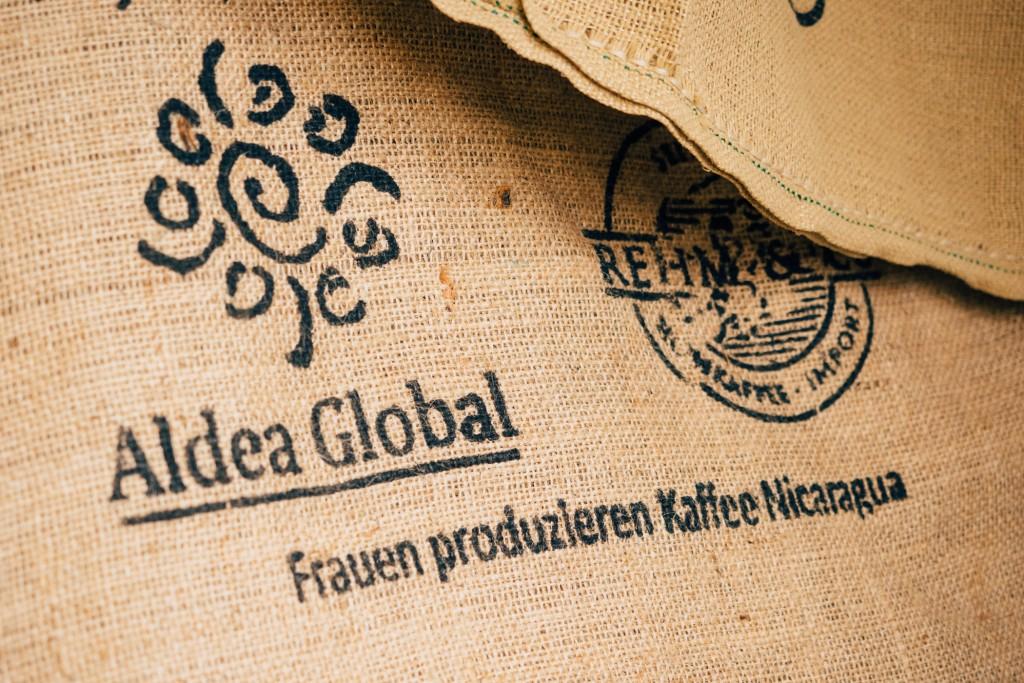 Noch mehr Kaffeesäcke. Oft werden Projekte im Erzeugerland unterstützt und fairer Handel versteht sich von selbst