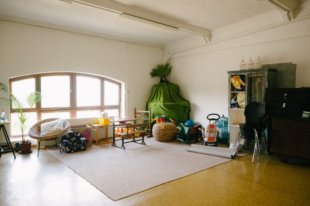 Ein großer Raum der für Sport, Gymnastik und als Kinderbetreuung genutzt wrd