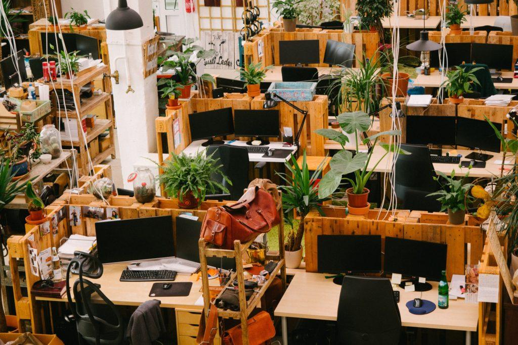 Die Monitore der Arbeitsplätze verschwinden fast in der Umgebung