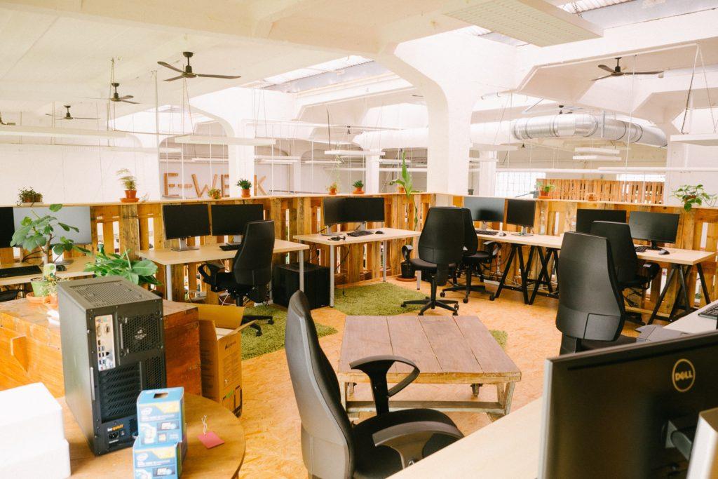Ein weiterer Arbeitsbereich und Besprechungsplatz im oberen Stockwerk