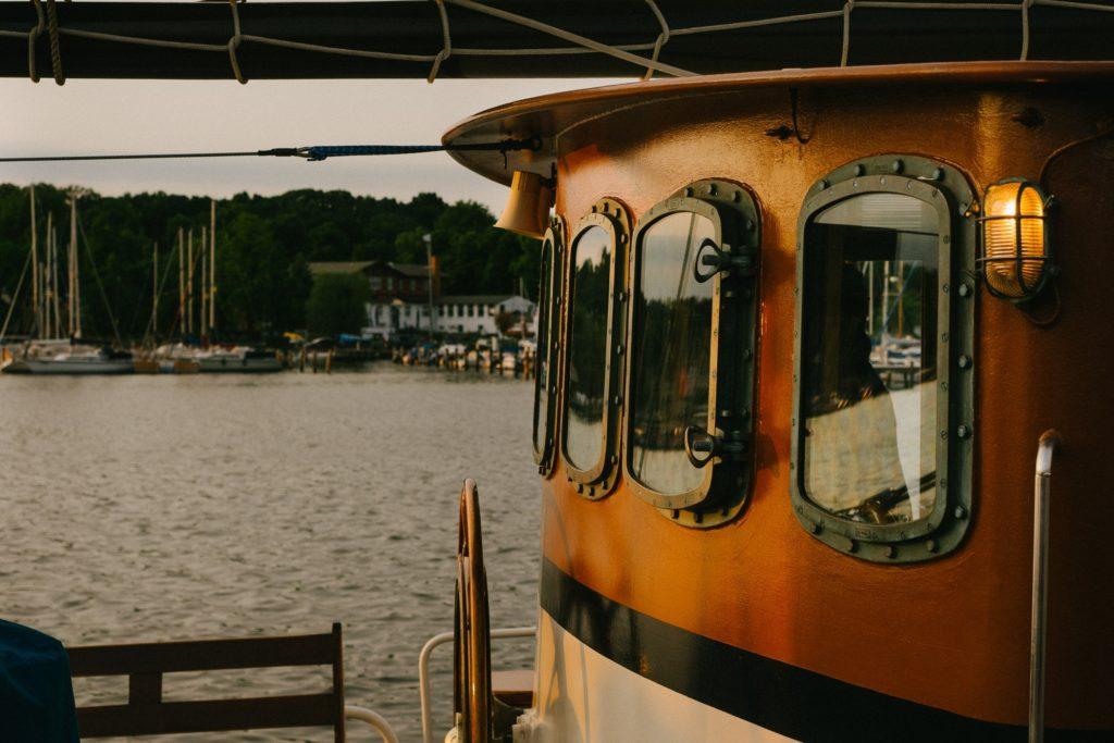 Boot im Hafen von Rostock