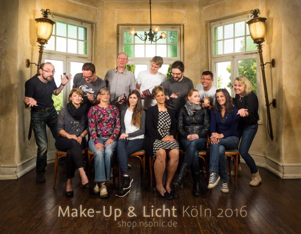Unser Gruppenbild vom Make-Up & Licht Workshop in Köln 2016 mit Nicole Müller und Boris Nienke. Aufgenommen in der gelben Villa in Köln. 5 Teilnehmer und Ihre Frauen/Freundinnen vor alten Fenstern