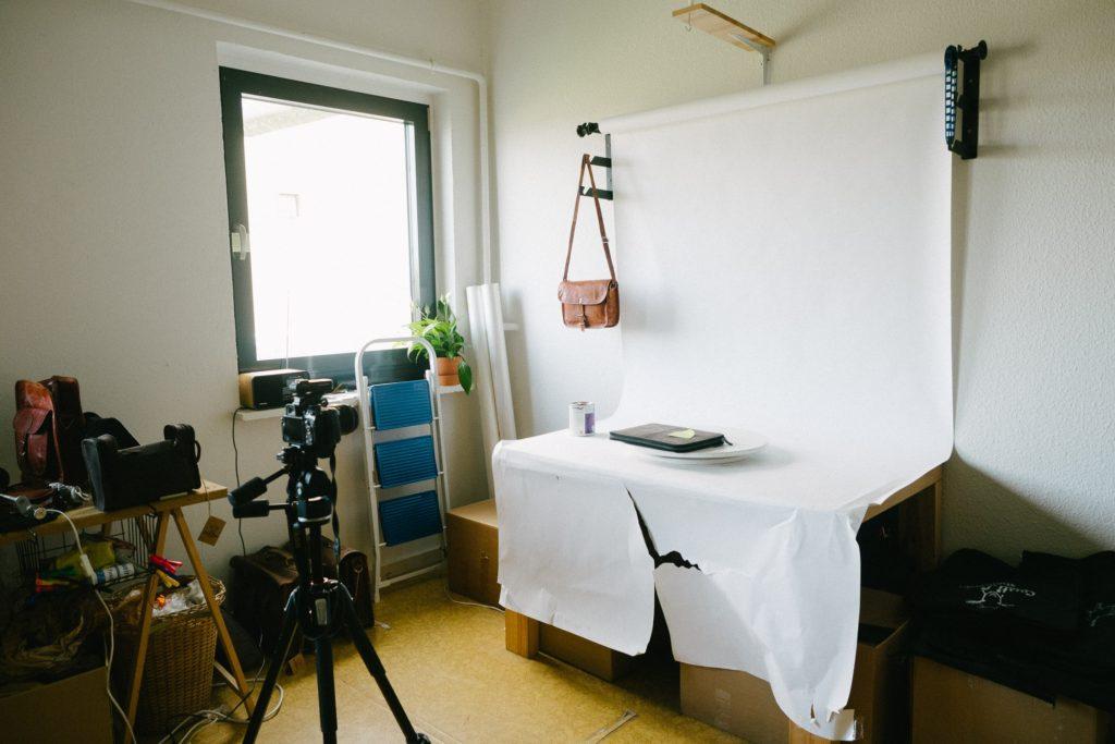 Produktfotos für den Shop werden bei Gusti im kleinen Studio angefertigt