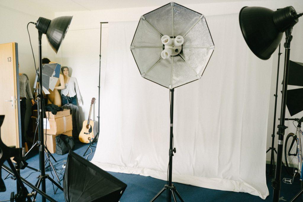 Auch die kurzen Produkt-Videos, die zeigen wie die Tasche an einer Person hängend wirkt, werden hier selbst produziert. Die Models sind meistens Mitarbeiter/innen von Gusti
