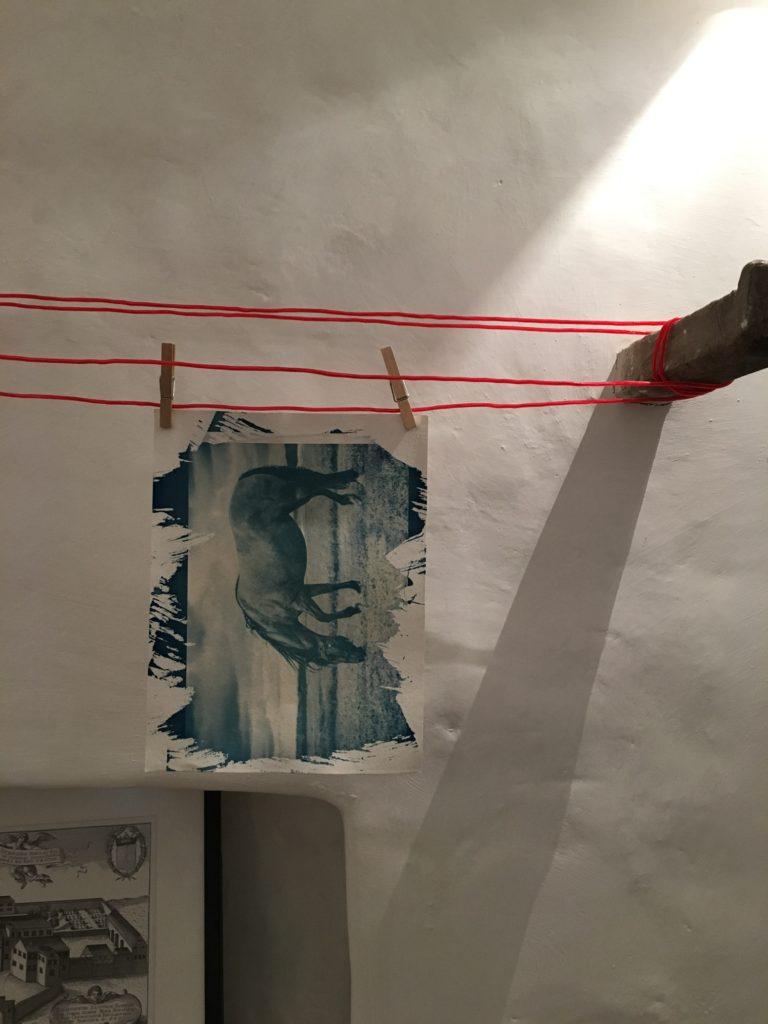 Ein ausgewaschenes Papier hängt zum Trocknen auf der Leine