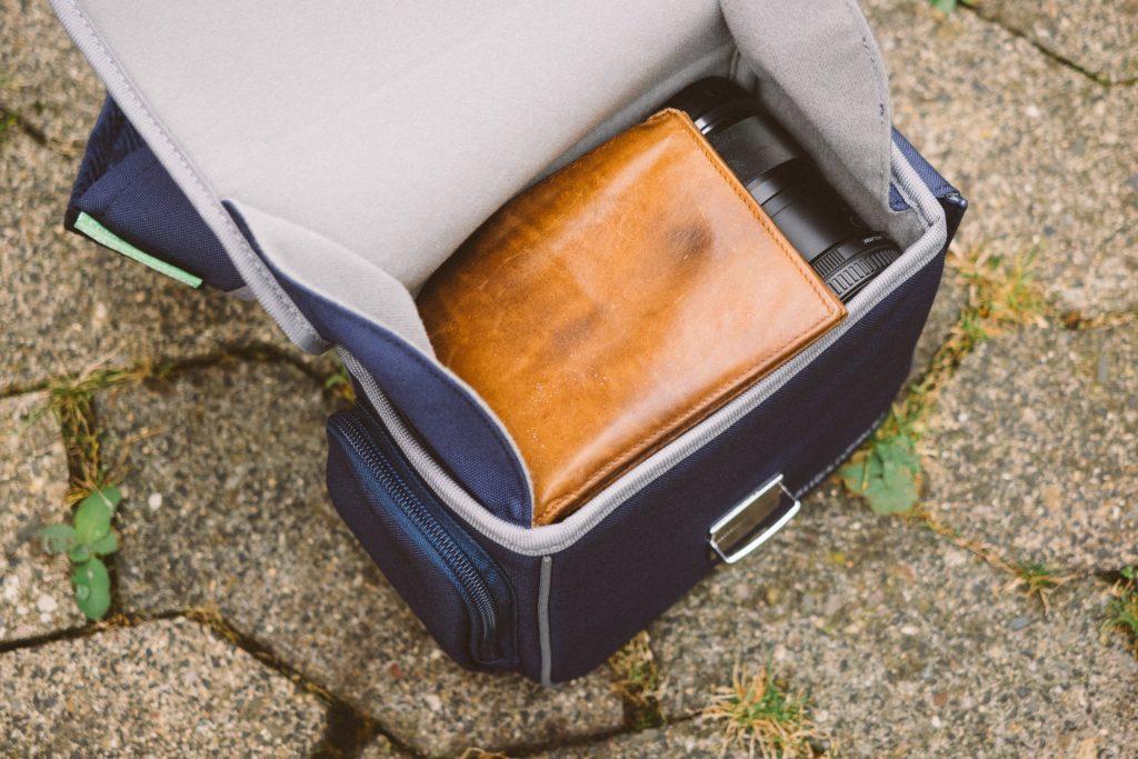 Objektive und etwas Zubehör passen gut in die Tasche – Zumindest wenn es um kleinere Micro-Four-Third-Objektive geht
