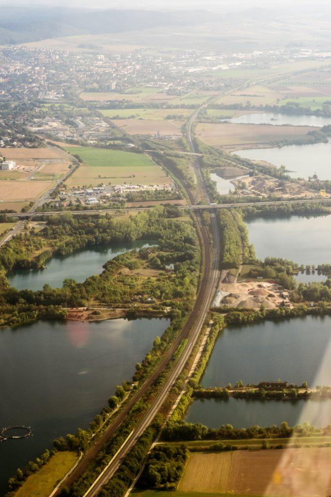 Die Northeimer Seenplatte. Dazwischen die Eisenbahnstrecke und die A7