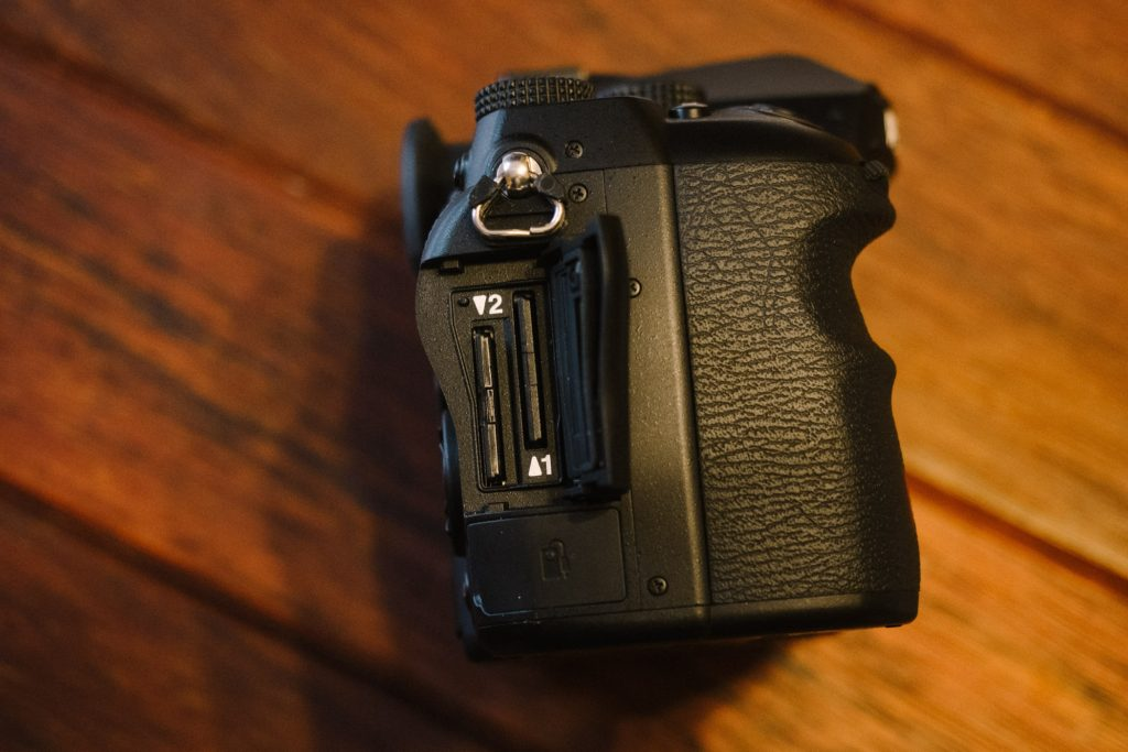 Pentax K-1 – Griff und doppelter SD-Karten-Slot, der beleuchtet werden kann