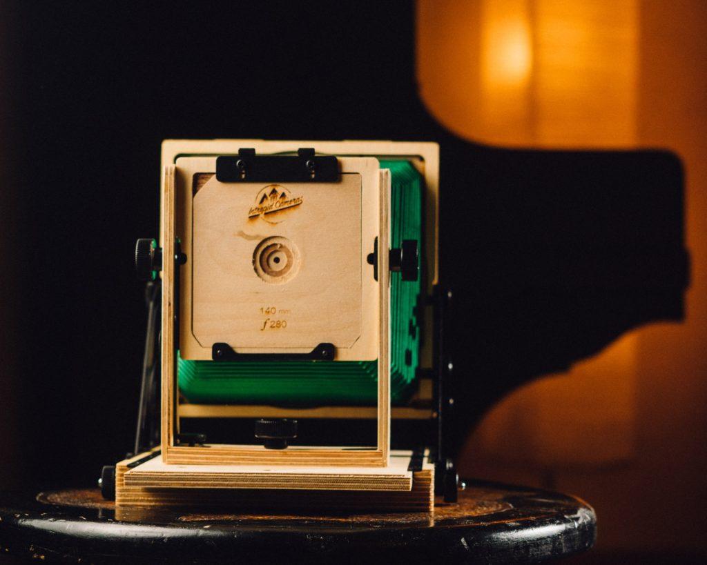 Intrepid 4×5 – Mit Lochblende, die bei 140mm mit f∕280 bestückt ist. Wenig Licht :)